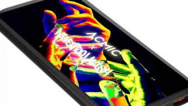https://thumb.viva.co.id/media/frontend/thumbs3/2020/06/23/5ef1046401510-acmic-x-nevertoolavish-power-bank-canggih-dengan-sentuhan-seni-grafiti_375_211.jpg