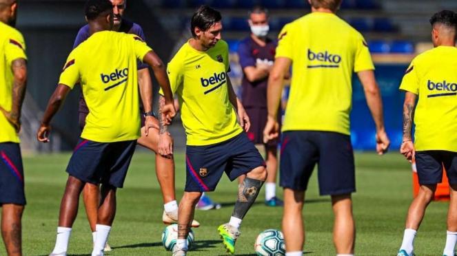 Messi di latihan Barcelona