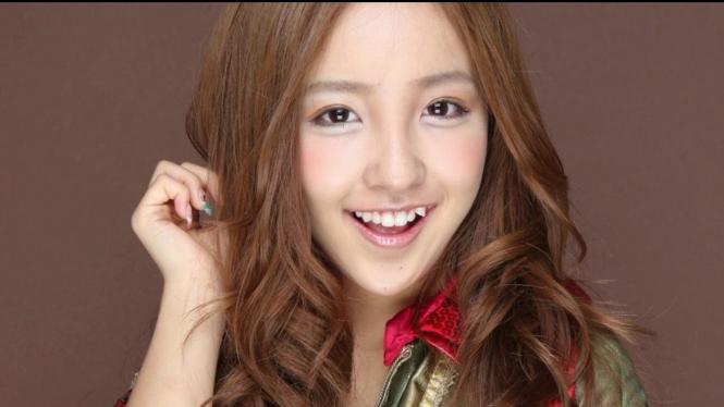 Seorang wanita Jepang mempunyai senyum manis dengan gigi gingsul. Image via: Youtube