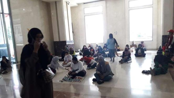 Para orang tua yang melakukan demo PPDB di Balai Kota
