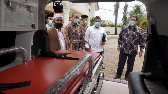 Penyerahan Innova Ambulance oleh Toyota Indonesia ke pondok pesantren.