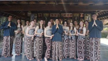 https://thumb.viva.co.id/media/frontend/thumbs3/2020/06/23/5ef1cdc1b0f82-program-belajar-bahasa-indonesia-untuk-siswa-australia-terancam-karena-covid-19_375_211.jpg