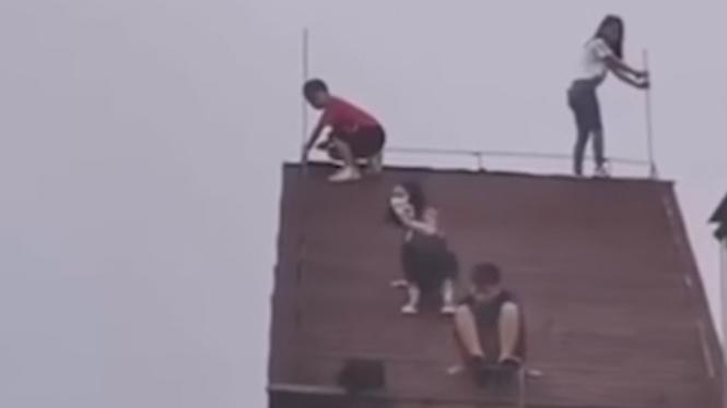Sekumpulan bocah main di atas atap.