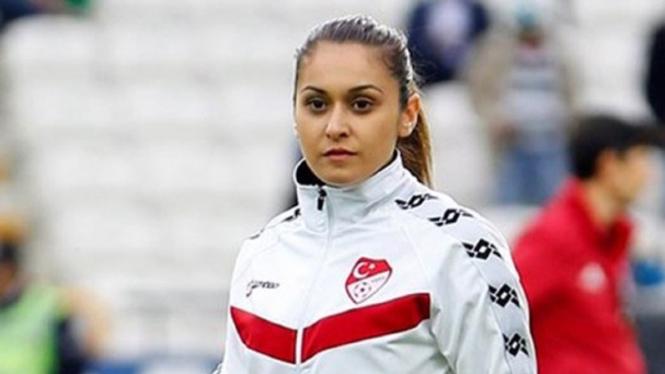 Wasit wanita FIFA asal Turki, Betul Nur Y?lmaz.