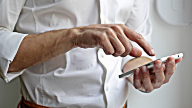 https://thumb.viva.co.id/media/frontend/thumbs3/2020/06/23/5ef20633b1c58-jumlah-pengguna-pedulilindungi-tembus-5-pengguna-smartphone-i-indonesia_375_211.jpg