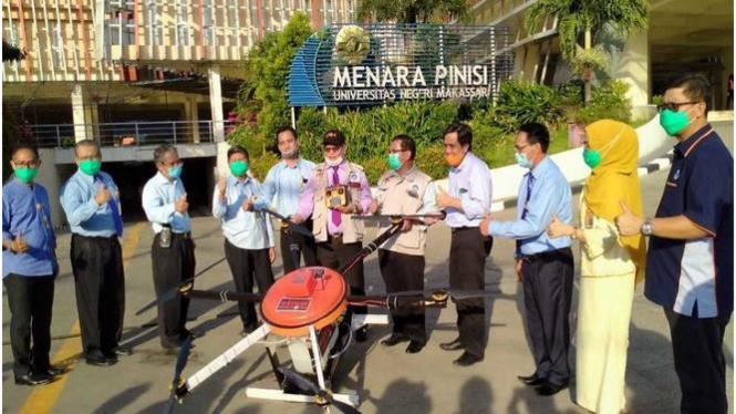 Rektor UNM Makassar Prof. Dr. H. Husain Syam, M.TP berfose bersama dengan para Dekan se UNM sesaat setelah ujicoba Drone Penyemprot Disinfektan Berskala besar yang dirakit oleh Tim dari Fakultas Teknik UNM