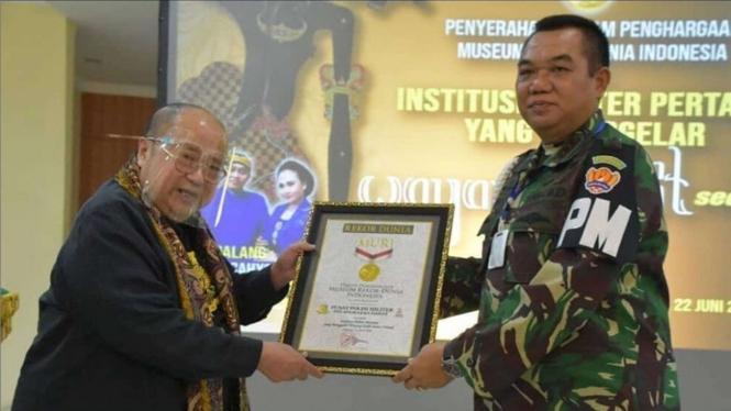 VIVA Militer: Danpuspomad Terima Penghargaan dari Ketua Rekor MURI