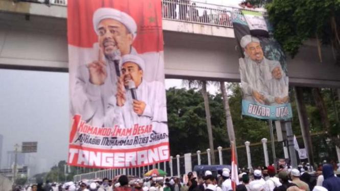 Spanduk Imam Besar FPI Habib Rizieq Shihab dipasang di JPO depan DPR.
