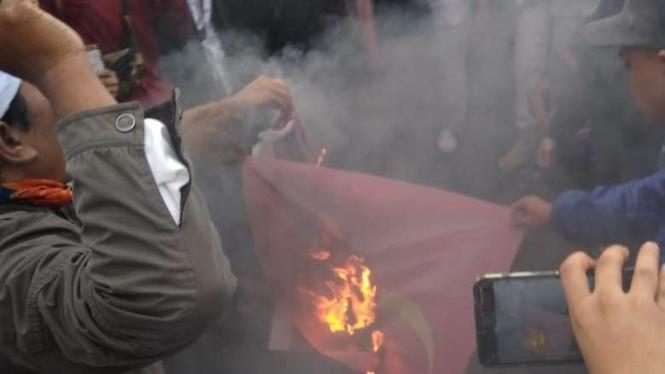 Aksi bakar bendera PKI di depan gedung DPR oleh PA 212