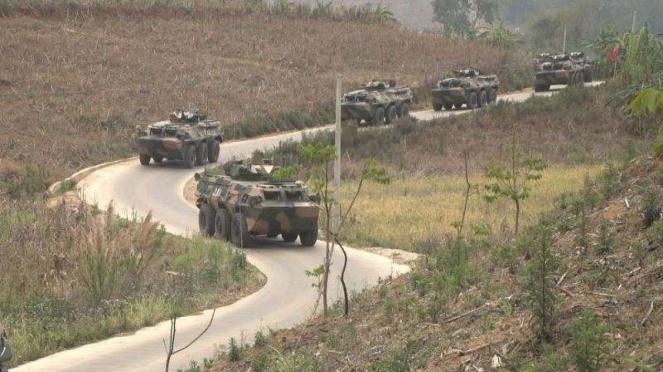 VIVA Militer: Konvoy kendaraan lapis baja Tentara Pembebasan Rakyat China (PLA)