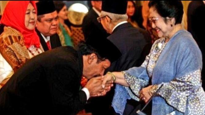 Kepala BPIP Yudian Wahyudi mencium tangan Megawati (Sumber/Twitter/@dipoalam49)