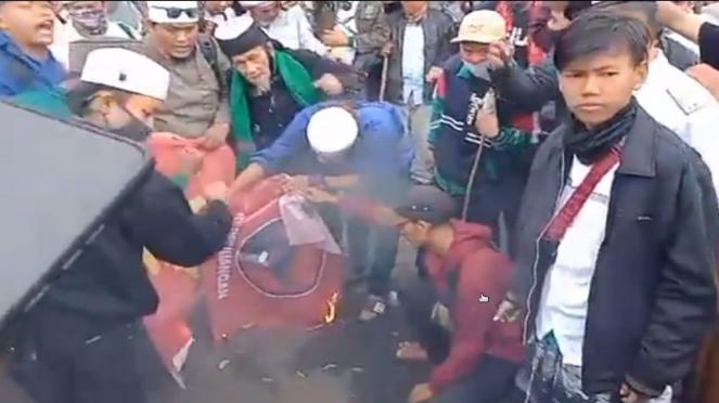 Bendera PDIP dibakar massa demo tolak RUU HIP di DPR RI