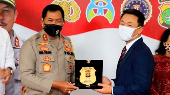 Kapolda Metro Jaya menerima penghargaan dari Biro Investigasi Federal AS (FBI)