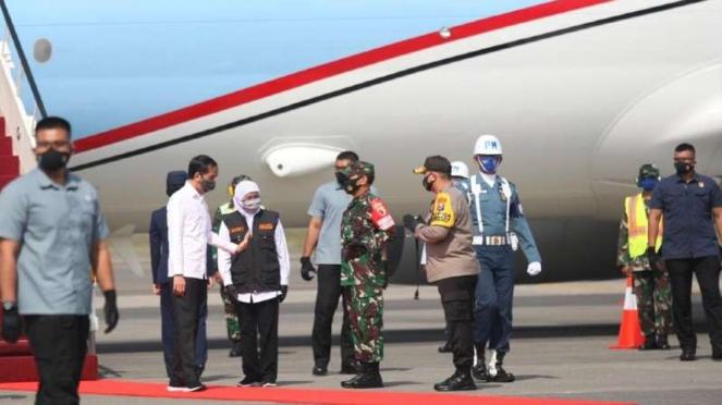 Presiden Joko Widodo disambut Gubernur Jawa Timur Khofifah Indar Parawansa tiba
