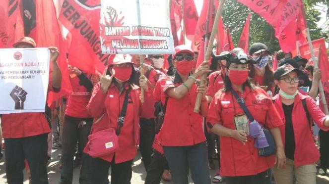Massa kader PDIP melakukan long marc di wilayah Jakarta Timur.