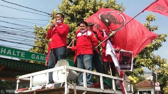 Kader PDIP melakukan long march menuntut penangkapan pembakaran bendera.