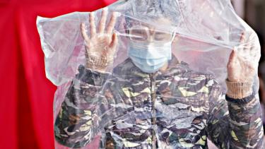 https://thumb.viva.co.id/media/frontend/thumbs3/2020/06/25/5ef468c10dc0d-gak-punya-hati-pengusaha-china-jual-masker-palsu-di-tengah-pandemi-nasibnya-kini-di-jeruji-besi_375_211.jpg