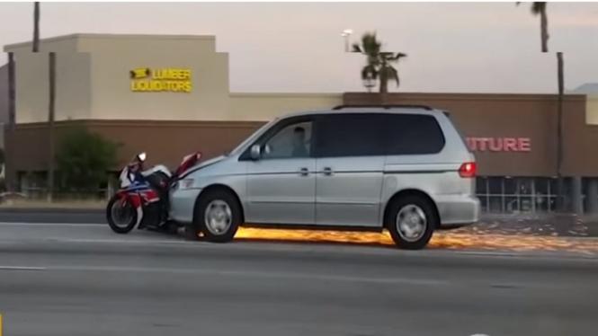 Motor tersangkut di kap mobil