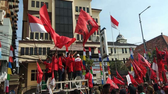 Aksi unjuk rasa massa PDIP di depan Polres Metro Jakarta Timur
