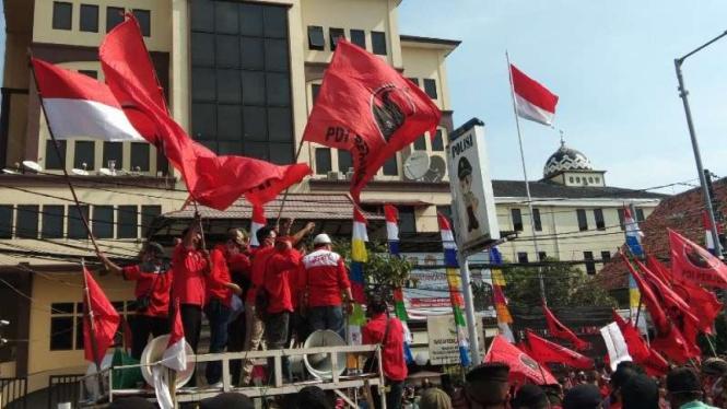 Kader PDIP menggelar unjuk rasa di depan Polres Jakarta Timur.