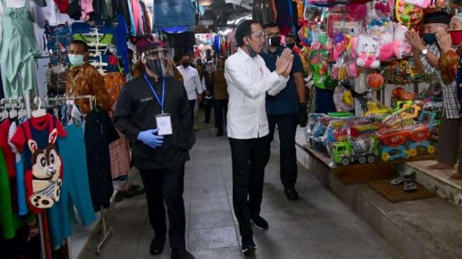 Presiden Joko Widodo mengenakan face shield atau pelindung wajah untuk pencegaha