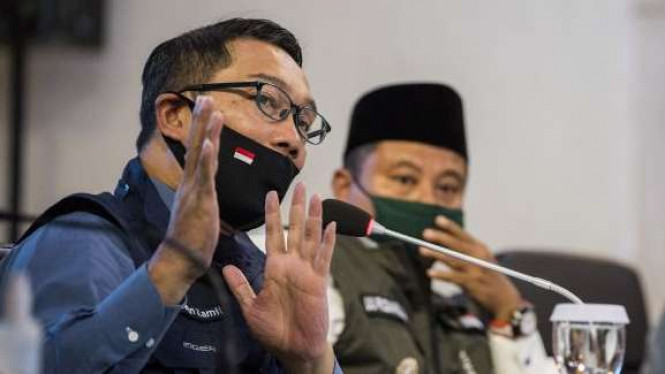 Gubernur Jawa Barat Ridwan Kamil (kiri) didampingi Wakil Gubernur Uu Ruzhanul Ulum (tengah) menyampaikan arahan saat rapat Gugus Tugas Percepatan Penanggulangan COVID-19 di Makodam III Siliwangi.