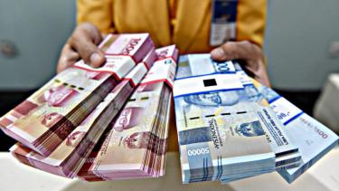 https://thumb.viva.co.id/media/frontend/thumbs3/2020/06/26/5ef5bdc475655-diguyur-kredit-bank-j-trust-esta-dana-ventura-bersiap-pulihkan-bisnis-umkm_375_211.jpg