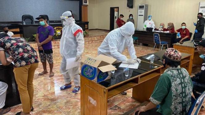 Sejumlah petugas medis menggelar rapid test untuk deteksi dini kejangkitan virus corona di Markas Kepolisian Resor Kota Besar Makassar terhadap pengambil paksa jenazah Covid-19 beberapa waktu lalu.