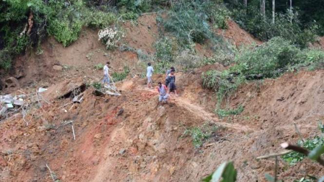 Kondisi jalanan terputus akibat longsor di jalan trans-Sulawesi di Kilometer 25, Battang Barat, Wara Barat, Kota Palopo, Sulawesi Selatan, pada Jumat sore, 26 Juni 2020.