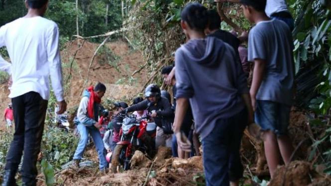 Jalan Trans-Sulawesi longsor