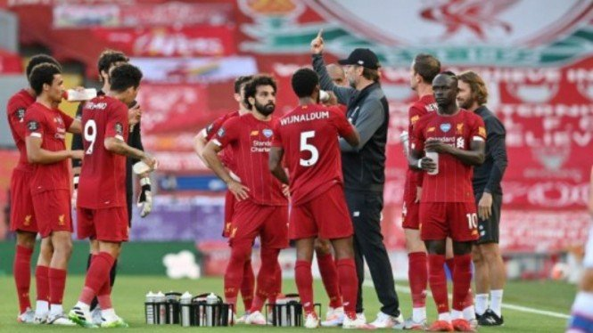 Manajer Liverpool, Juergen Klopp, saat melakukan team talk di pinggir lapangan