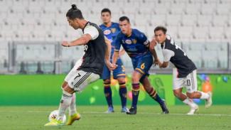 Megabintang Juventus, Cristiano Ronaldo saat eksekusi penalti ke gawang Lecce
