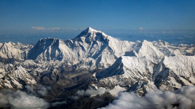 Gunung Everest. Image via: Wikipedia
