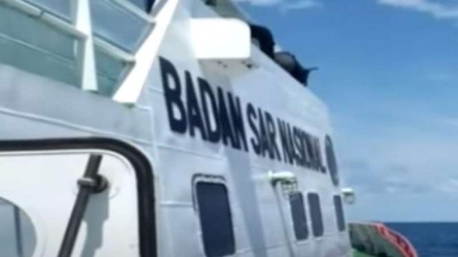 Tim Basarnas mencari para korban kapal tenggelam di Perairan Nias Selatan.