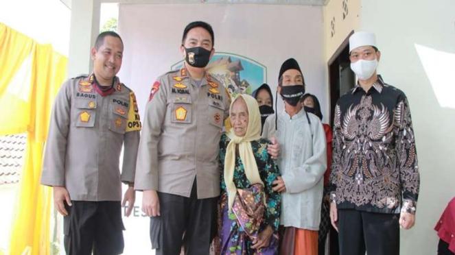Kapolda NTB Irjen Pol Mohammad Iqbal menyerahkan rumah kepada Nenek Inaq