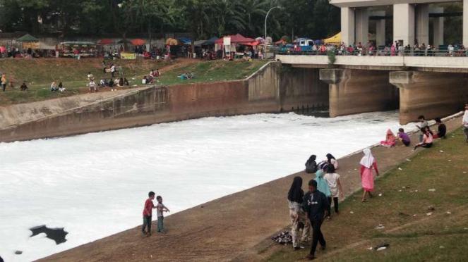 Busa putih memenuhi aliran air di Pintu Air Malaka Sari, KBT, Jaktim.