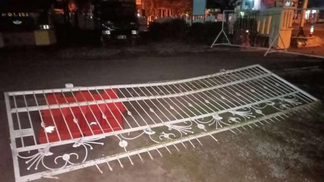 Mapolres OKI diserang, pagar tumbang