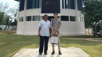 Ajie Nikicio (kanan) saat di Pusat Kontrol Misi LAPAN, Bogor, Jawa Barat.