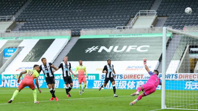 Eksekusi striker Newcastle, Dwight Gayle, melambung