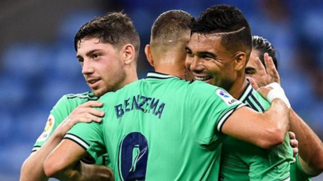 Para pemain Real Madrid merayakan gol Casemiro ke gawang Espanyol
