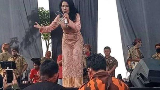 Artis-artis dangdut hadir dan bernyanyi di sunatan yang didatangi Rhoma Irama