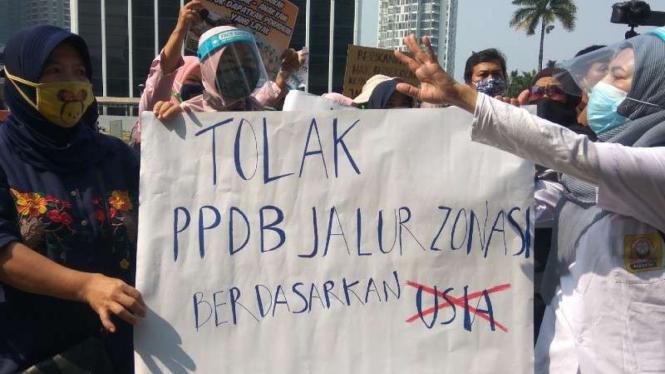 Orangtua siswa demo PPDB zona usia di Kemendikbud