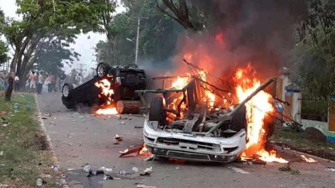 Sekelompok massa membakar sejumlah sepeda motor dan mobil di Desa Mompang Julu, Kecamatan Panyabungan Utara, Kabupaten Mandailing Natal, Sumatera Utara, Senin, 29 Juni 2020.