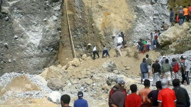 Para penambang menggali tubuh korban yang tertimbun longsoran pasir di NTT