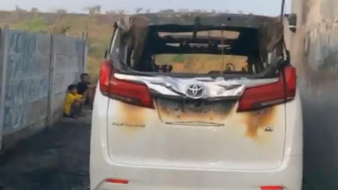 Mobil Via Vallen hangus dibakar orang.