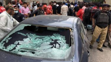 https://thumb.viva.co.id/media/frontend/thumbs3/2020/06/30/5efa8c9e99363-kelompok-bersenjata-serang-bursa-saham-pakistan-di-karachi_375_211.jpg