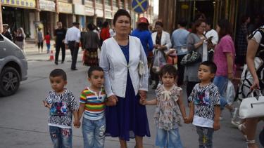 https://thumb.viva.co.id/media/frontend/thumbs3/2020/06/30/5efa909a35633-uighur-china-paksa-perempuan-uighur-pasang-alat-kontrasepsi-untuk-menekan-populasi-ungkap-penelitian_375_211.jpg