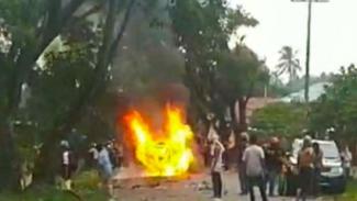 Kerusuhan Pecah di Madina, Mobil Wakapolres Dibakar Massa