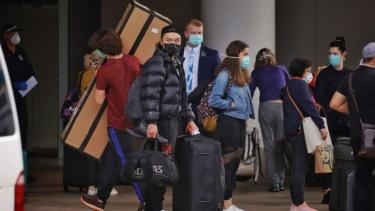 https://thumb.viva.co.id/media/frontend/thumbs3/2020/06/30/5efadf364ef06-mengapa-australia-masih-terima-kedatangan-dari-luar-negeri-saat-pandemi-corona_375_211.jpg