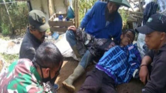 Osin (56), ketika mendapat pertolongan dari warga dan anggota TNI.